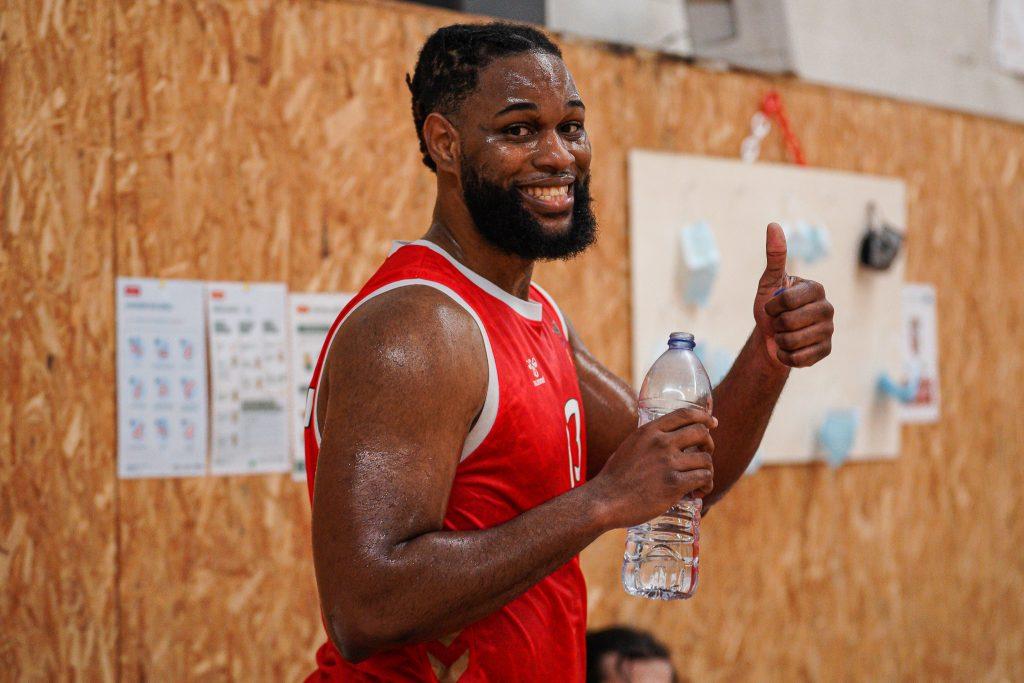 Calvin Chandler é reforço da equipa masculina de basquetebol