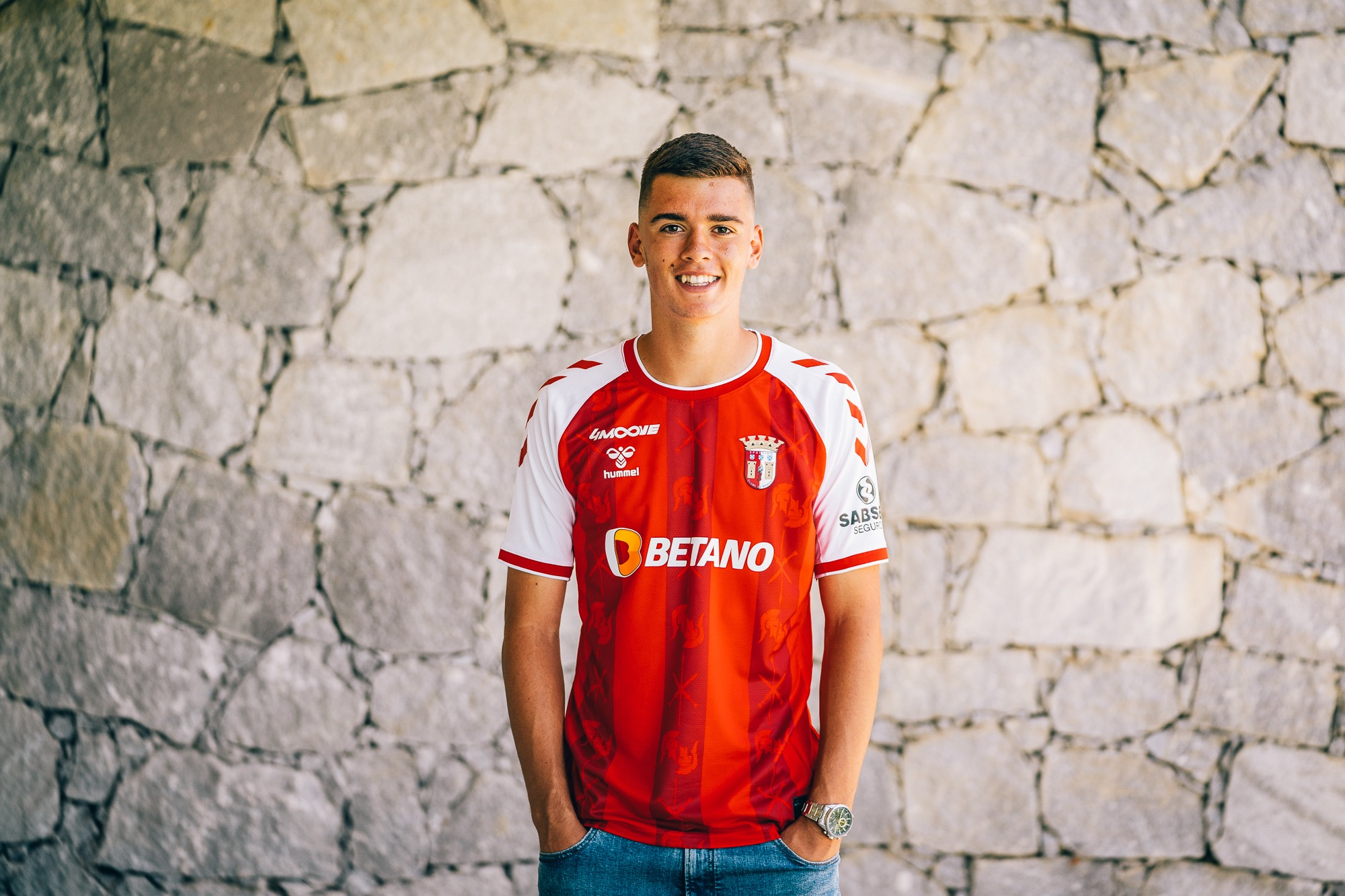 Nuno Matos assina contrato profissional